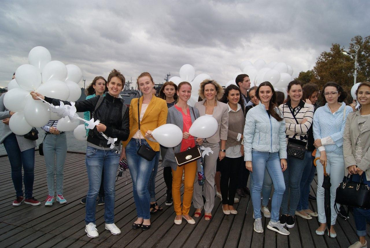 Севастопольские студенты провели акцию «Голубь мира»